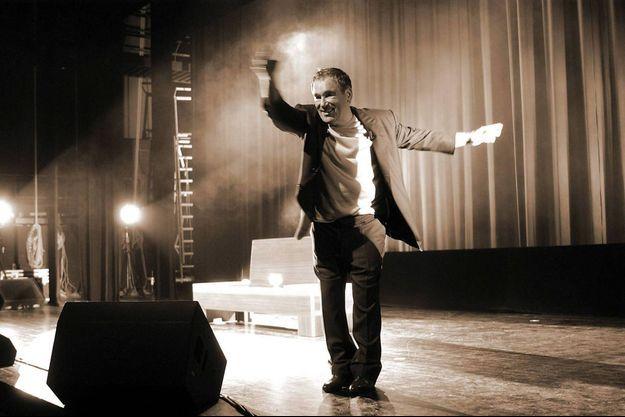 Claude Nougaro sur scène, en 2002, le soir du premier récital d''une nouvelle tournée entamée à Tautavel.