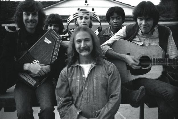 De g. à dr. : Graham Nash, Dallas Taylor, David Crosby (avec, au-dessus de lui, Stephen Stills), Greg Reeves et Neil Young.