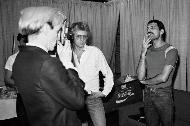 Freddie Mercury pose pour Andy Warhol, avec Roger Taylor, le batteur du groupe, dans les loges du Madison Square Garden, à New York, en juillet 1982