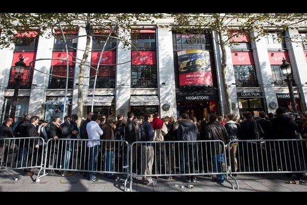 La file d'attente devant le Virgin Megastore de Paris.