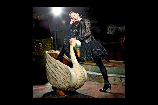 Dorothée Gilbert et son cygne au musée des arts forains à Bercy.