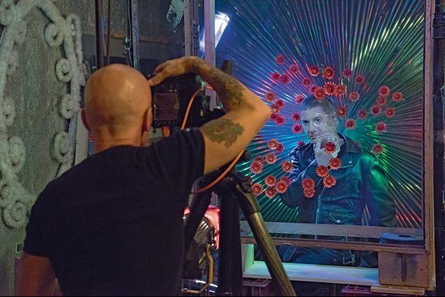 Pierre réalise plusieurs prises de vue, sous plusieurs angles. Plus tard, Gilles interviendra avec son pinceau.
