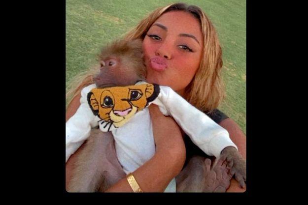 La chanteuse Wejdene avec un singe dans un zoo à Dubaï.