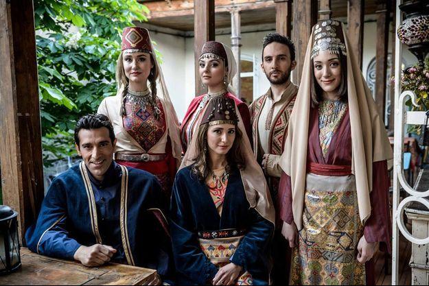 Le groupe Genealogy en tenus traditionnelles arméniennes. De gauche à droite : Essaï Altounian et Tamar Kaprelian. Derrière : Mary-Jean O'Doherty Basmadjian, Inga Arshakyan, Vahe Tilbian et Stephanie Topalian.