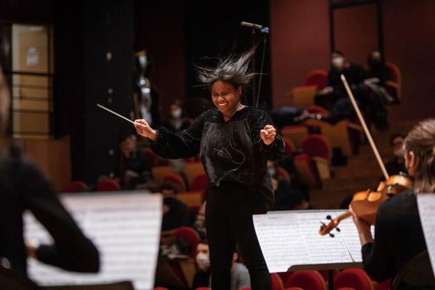Le 18 février au Conservatoire à rayonnement régional de Paris, où elle dirige la symphonie n°5 de Beethoven.