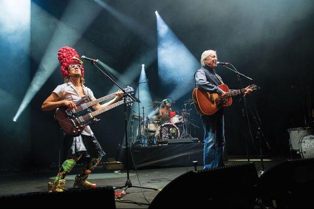 Henri Dès a eu l'audace, sous l'influence de son fils, de donner une nouvelle orientation rock à ses chansons.