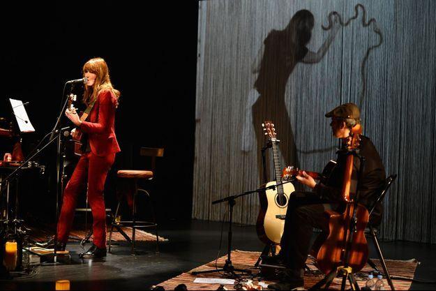 Carla Bruni sur la scène de l'Espace Carpeaux, à Courbevoie.