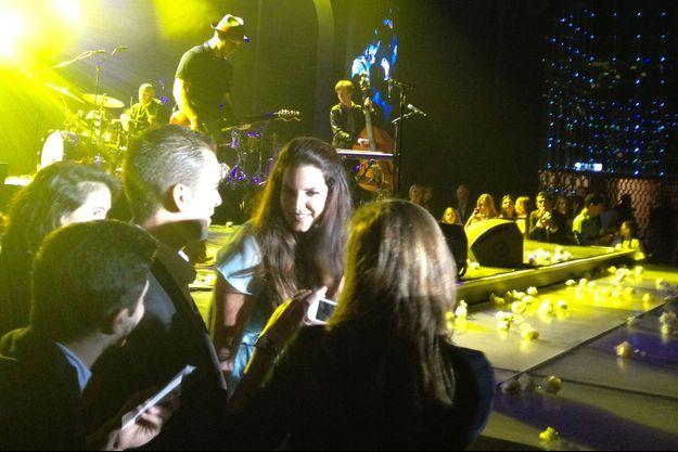 En plein concert, Lana Del Rey s'approche de la foule pour une séance de photos avec ses fans.