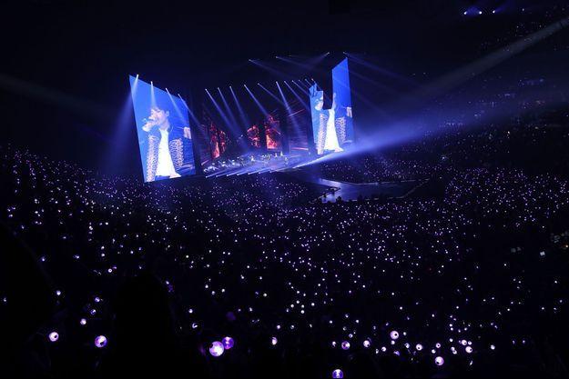 BTS sur la scène de l'Accor Hotel Arena à Paris, vendredi soir.