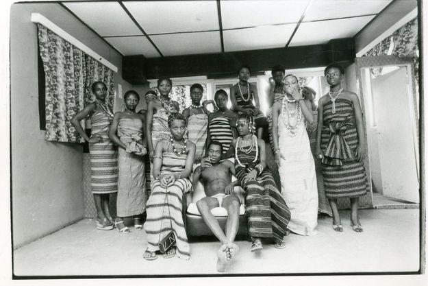 Mars 1978, Fela Kuti reçoit chez lui le photographe Gilles Verdili et pose avec 13 danseuses. Il en compte alors 26 qu'il vient toutes d'épouser