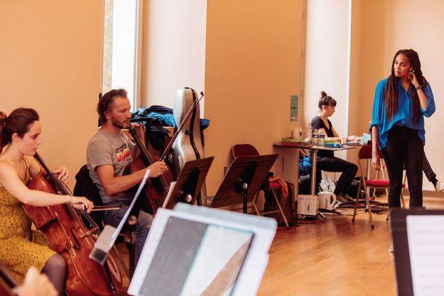 Imany en répétition avec ses musiciens au théâtre du Châtelet.