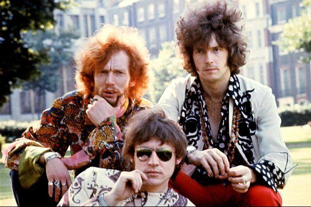 Jack Bruce, en bas avec les lunettes, entouré de Ginger Baker (g) et Eric Clapton du temps de Cream.