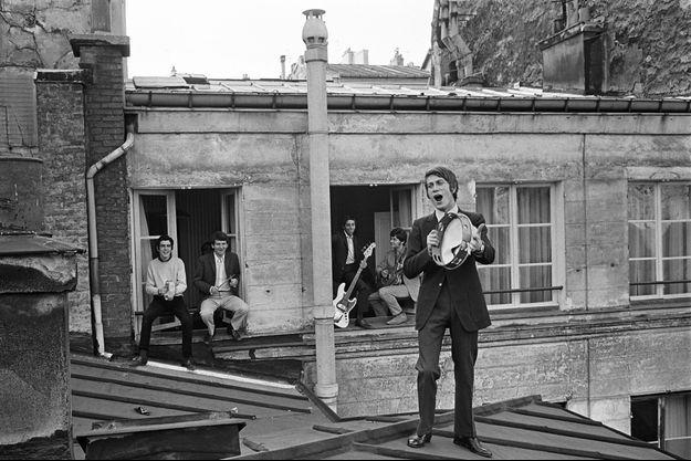 En 1966, Jacques Dutronc tambourine sur les toits de Paris avec son groupe dont Alain Le Govic, futur Alain Chamfort, premier à gauche.