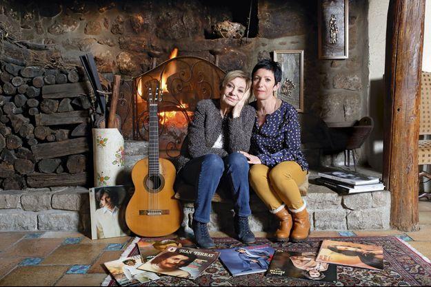 A Antraigues, où Colette vit toujours, avec Valérie qu'elle considère comme sa fille. C'est là, au pied de la cheminée, que Jean aimait composer. Sur sa guitare.