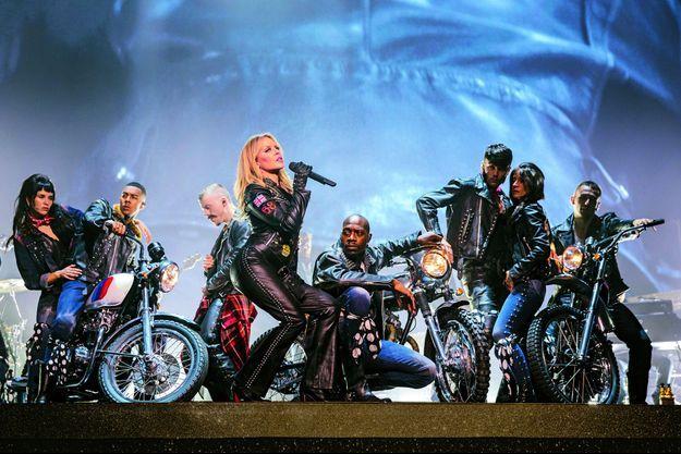 Kylie Minogue dans un show délirant.