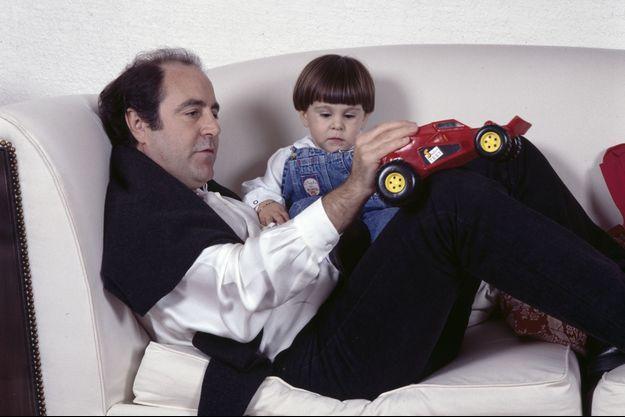 Michel Delpech chez lui en 1991 avec son fils Emmanuel