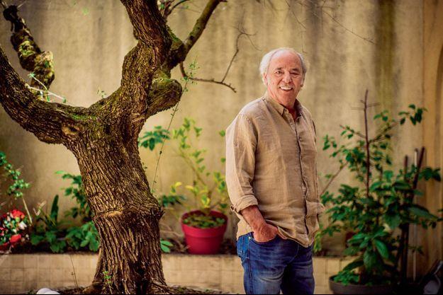 Auprès de son arbre dans la ville, Maxime Le Forestier, chez lui, à Paris.
