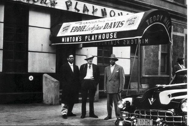A g., en 1953, Daniel Filipacchi, 25 ans, pose entre Dizzy Gillespie et Teddy Hill, devant le Minton's Playhouse, berceau du bop.