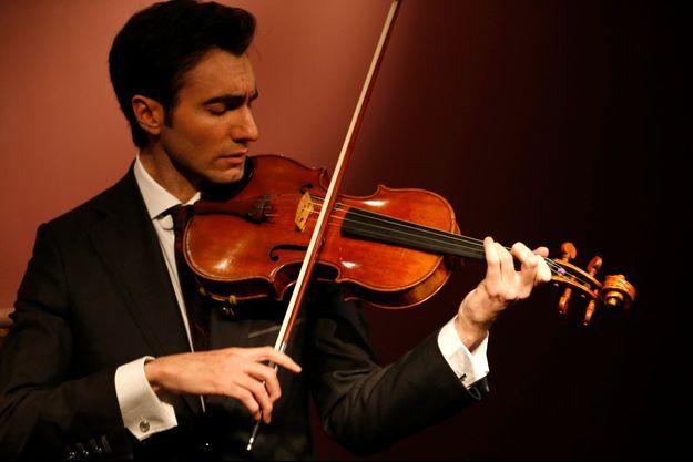 """L'altiste américain David Aaron Carpenter a fait résonner l'alto """"Macdonald"""" Stradivarius chez Sotheby's à Paris."""