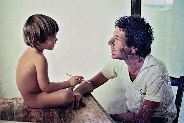 Avec son fils Adam, dans la maison de l'île grecque de Hydra, achetée en 1960 pour 1 500 dollars, sur un coup de cœur.