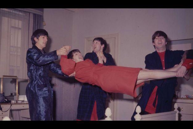 En 1964, le groupe reçoit Match dans leur chambre d'hôtel parisienne.