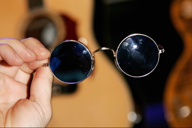 Paire de lunettes de soleil ayant appartenu à John Lennon.