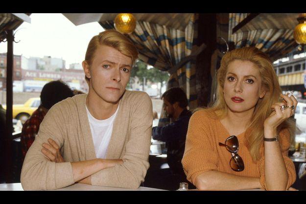 """David Bowie et Catherine Deneuve pendant une pause sur le tournage des """"Prédateurs"""" de Tony Scott en 1982."""