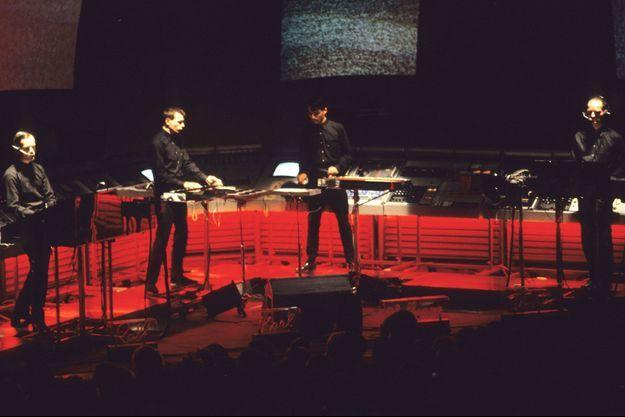 Kraftwerk en concert : Ralf Hütter, Florian Schneider, Karl Bartos et Wolfgang Flür à Londres en juin 1981.
