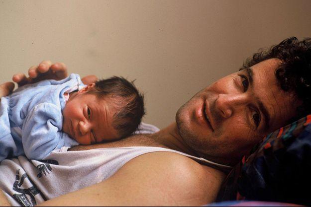 Jesse Clegg bébé sur le ventre de son père Johnny Clegg, en 1988.