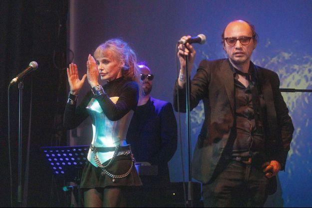 Arielle Dombasle et Nicolas Ker sur scène à Londres en 2019.