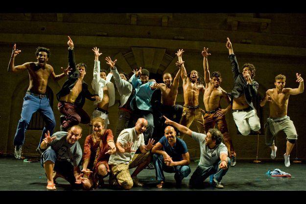 Le directeur du Centre chorégraphique national de Créteil, Mourad Merzouki (premier rang, tee-shirt bleu), et les danseurs de « Käfig Brasil ».