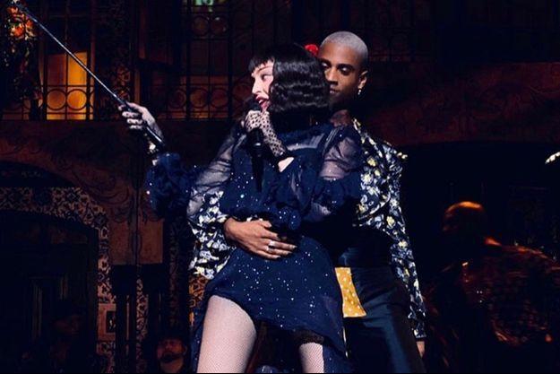 Madonna sur scène avec Nicolas Huchard.