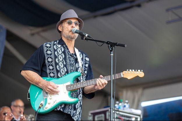 Paul Barrere sur scène avec Little Feat lors du New Orleans Jazz & Heritage Festival le 5 mai 2019