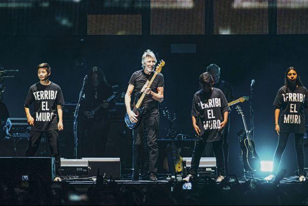 Roger Waters entourés d'une chorale d'enfants.