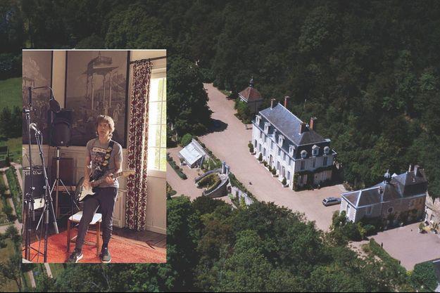 L'ancienne résidence du duc de Choiseul est la propriété de Mick Jagger depuis 1980. En médaillon : Le 11 avril, il s'affiche chez lui sur Instagram : « Répétition en isolement ! Bon week-end et joyeuses Pâques. »