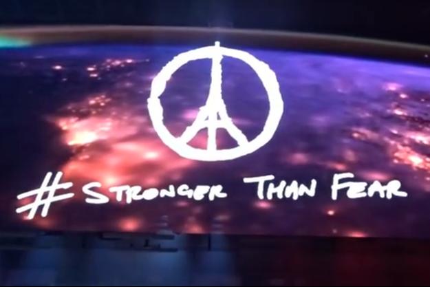 Le groupe U2 a rendu hommage aux victimes de Paris lors du concert à Dublin.