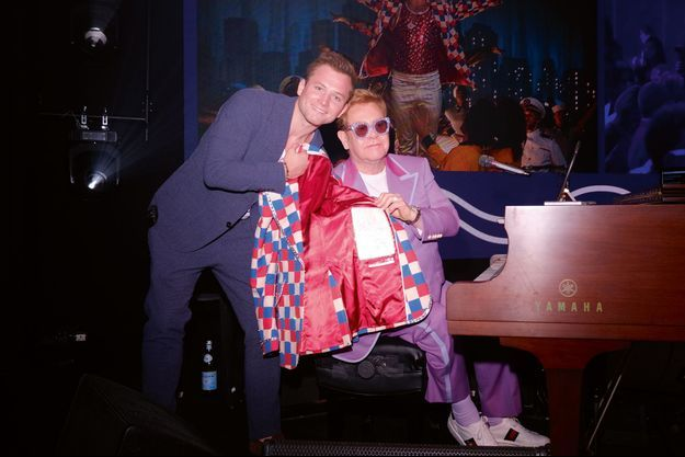 Taron Egerton - Elton John dans «Rocketman» - et son modèle. La veste Gucci et le piano dédicacé partiront à 1 million d'euros.