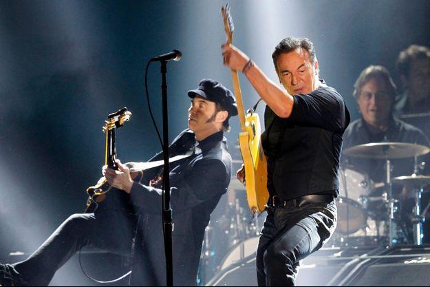Nils Lofgren aux côtés de Bruce Springsteen lors de la 54e édition des Grammy Awards, en 2012 à Los Angeles
