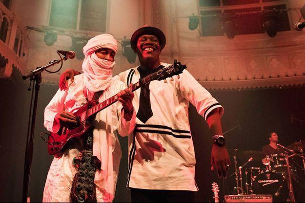 """Le chanteur Sanou du groupe Terakaft se produit en duo avec Mahmoudou Kelly du """"Ali Farka Touré Band"""" à Marseille le 17 juillet 2017"""
