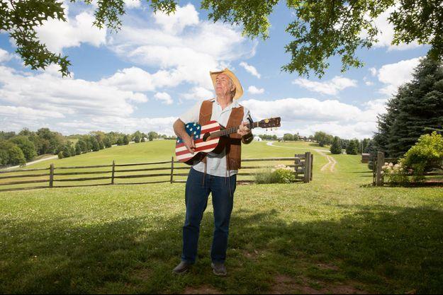 Musicien venu de l'Illinois, Steve joue du Creedence Clearwater Revival devant le champ où eut lieu le festival. Six personnes viendront l'écouter...