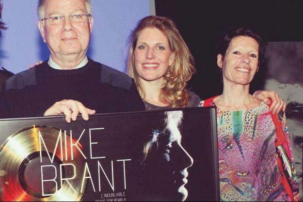 Yona, entourée de son père, Zvi, frère cadet de Mike, et de sa mère, Corinne, artiste peintre.