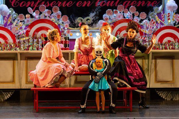 Sur la scène du Châtelet, Alma Villard avec sa poupée et sa mère, Sandrine Sutter, en femme à barbe
