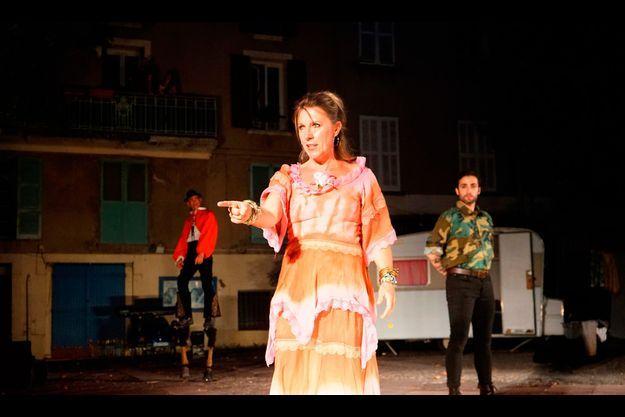 Sandrine Sutter incarne Carmen sur la place de Flayosc, le 22 juillet. A droite, Samy Camps alias Don José.