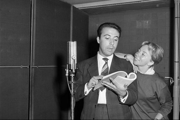 """Jean-Laurent Cochet et Micheline Boudet répètent la pièce radiophonique """"Les vacances"""" adaptée d'une oeuvre de Goldoni en 1959."""