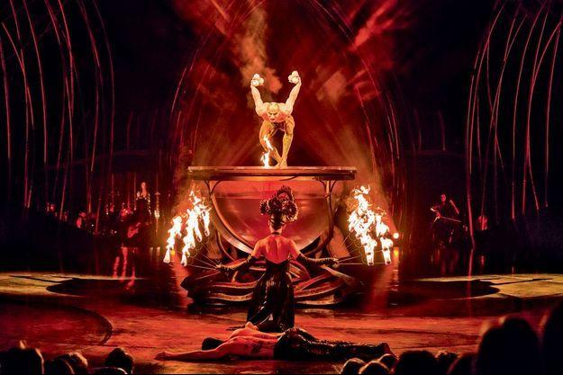 Clou du spectacle, un gigantesque bol d'eau sur lequel danse Cali, l'odieux lézard.