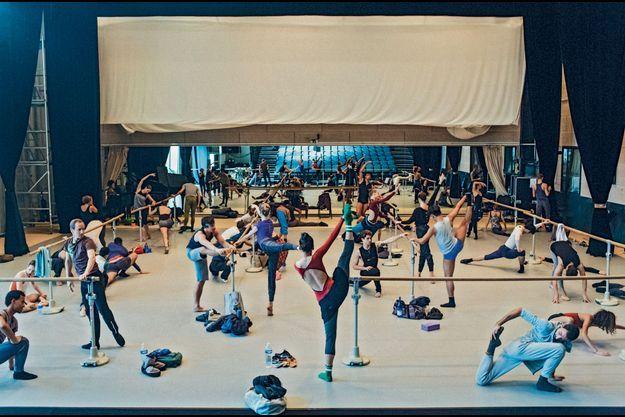 Les ballets de Monte-Carlo à l'échauffement.