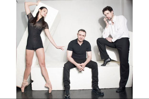 Edouard Lock entouré des danseurs étoiles Alice Renavand et Stéphane Bullion.