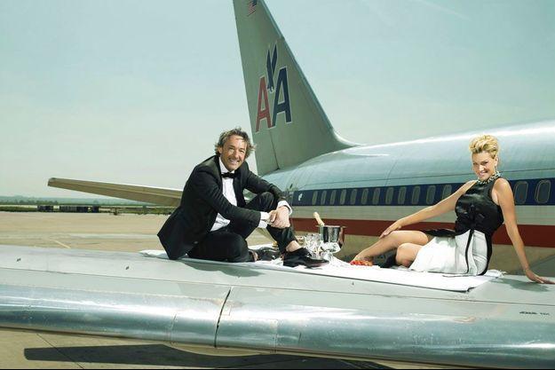 Le « Frenchy » et sa femme Elizabeth sur l'aile d'un Boeing 767 à l'aéroport de Roissy.