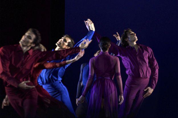 Six danseurs sur scène, peu de décor, des costumes subtilement dégradés et la musique de Beethoven