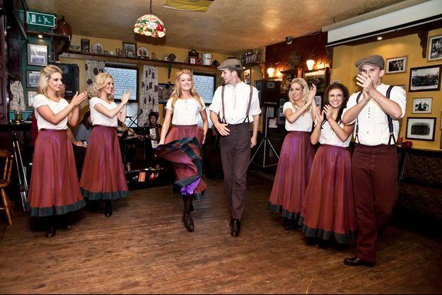 Une partie de la troupe d'Irish Celtic au Tubridy's Bar, à Cooraclare en Irlande